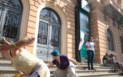 """Mulheres fazem ação em frente a Memorial da Vale em MG: """"a Vale não vale nada!"""""""