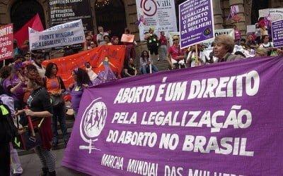 Artigo traça desafios para a legalização do aborto no Brasil a partir de relatos de mulheres