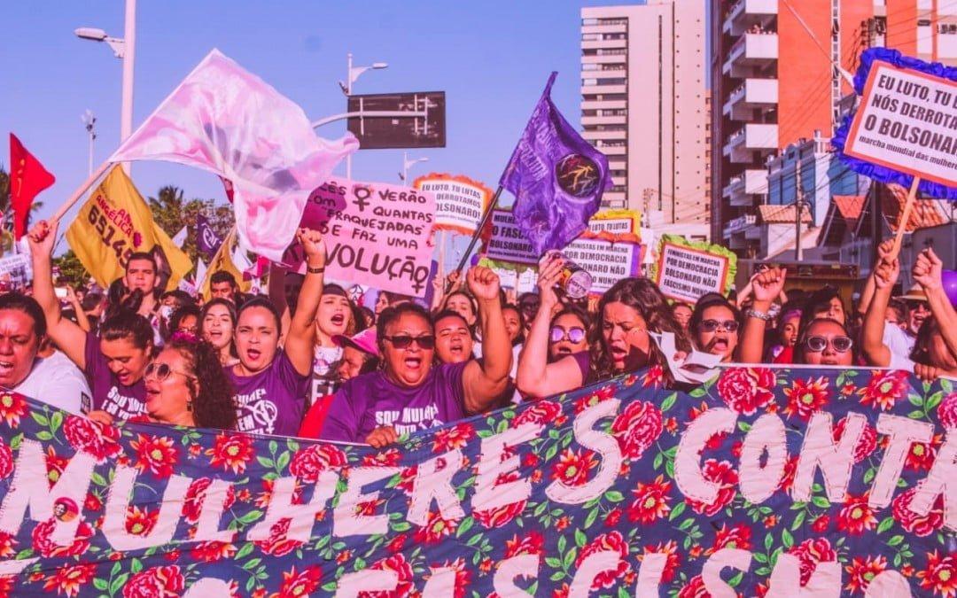 Por todo o país, milhares de mulheres tomam as ruas contra Bolsonaro