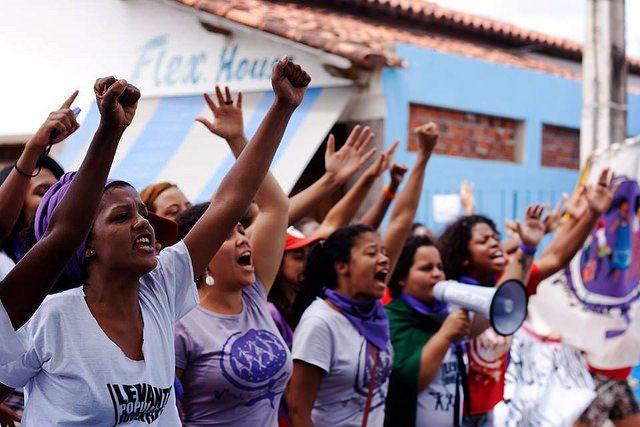 Depois de sofrer ataques virtuais, mulheres reforçam mobilização contra Bolsonaro